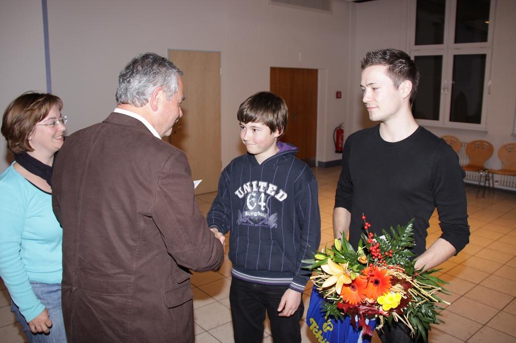 Für Ihre Erfolge geehrt: Leonard Süß (2.v.r.) und Chris Albrecht (r.) (Foto: Jörg Triller)