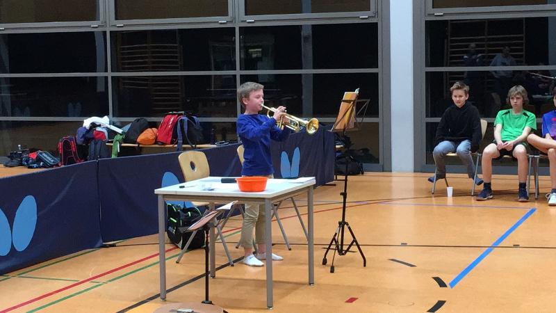 Ferdi Kasperski kann nicht nur Tischtennis, sondern auch Trompete!