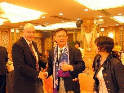 Andreas Amend überreicht Luan Lijan, Sportamtsleiter von Panyu, einen SCHOTT-Schal